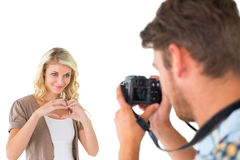Uomo che prende foto della sua amica graziosa Fotografie Stock Libere da Diritti
