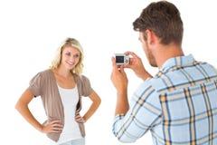 Uomo che prende foto della sua amica graziosa Immagine Stock Libera da Diritti