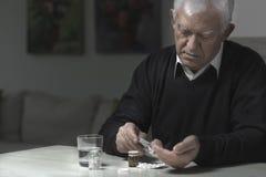 Uomo che prende i medicinali Fotografia Stock Libera da Diritti