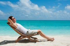 Uomo che prende il sole sulla spiaggia Fotografia Stock