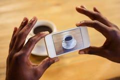 Uomo che prende immagine di un caffè fotografia stock libera da diritti