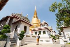 Uomo che prende le immagini sul territorio di Wat Bowonniwetwiharn Ratchaworawiharn a Bangkok, Tailandia fotografia stock libera da diritti