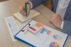 Uomo che prende le note, calcolatore sulla tavola Motivazione di successo, ricchezza di flussi finanziari immagini stock