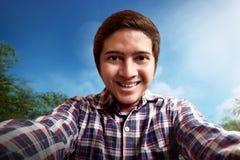 Uomo che prende selfie immagini stock