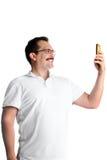 Uomo che prende selfie con un telefono cellulare Fotografie Stock