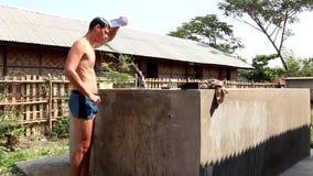 Uomo che prende un esterno della doccia alla doccia improvvisata stock footage