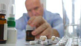 Uomo che prende una bottiglia con la sostanza della medicina dallo scaffale della farmacia fotografia stock