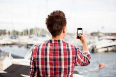 Uomo che prende una foto con lo Smart Phone Immagini Stock Libere da Diritti