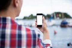 Uomo che prende una foto con lo Smart Phone fotografia stock