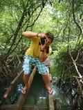 Uomo che prende una foto nelle mangrovie Fotografie Stock Libere da Diritti