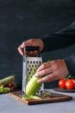 Uomo che prepara alimento sano Fotografie Stock Libere da Diritti