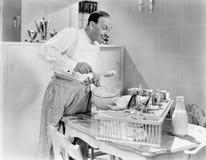 Uomo che prepara alimento in una cucina (tutte le persone rappresentate non sono vivente più lungo e nessuna proprietà esiste Gar fotografia stock