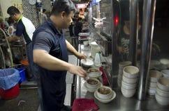 Uomo che prepara minestra cinese per il cliente Fotografia Stock