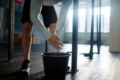 Uomo che prepara per l'allenamento di sollevamento pesi Fotografie Stock