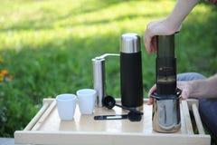 Uomo che produce caffè in natura Fotografia Stock