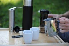 Uomo che produce caffè in natura Fotografia Stock Libera da Diritti
