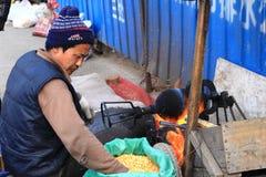 Uomo che produce popcorn in Cina Fotografia Stock