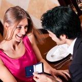 Uomo che propone alla donna in ristorante fotografia stock libera da diritti