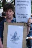 Uomo che protesta circa il massacro Immagine Stock