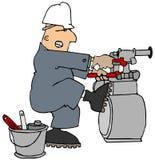 Uomo che prova ad allentare un contatore del gas Fotografie Stock Libere da Diritti