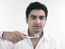 Uomo che pulisce i suoi denti immagini stock libere da diritti