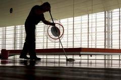 Uomo che pulisce il pavimento Fotografia Stock Libera da Diritti
