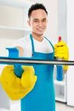 Uomo che pulisce la casa Immagine Stock