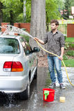 Uomo che pulisce la sua automobile Fotografie Stock