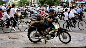 Uomo che raffredda fuori sulla sua motocicletta Immagine Stock Libera da Diritti