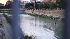 Uomo che rema un kajak in un fiume stock footage