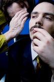 Uomo che riceve informazioni segrete Fotografia Stock