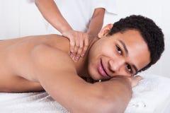Uomo che riceve massaggio dalla mano femminile Fotografia Stock