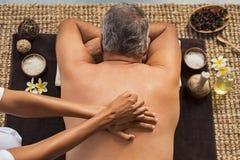 Uomo che riceve massaggio posteriore immagini stock
