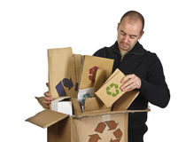 Uomo che ricicla cartone Fotografia Stock Libera da Diritti