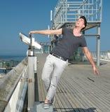 Uomo che ride all'aperto con a braccia aperte Fotografie Stock