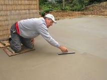 Uomo che rifinisce la lastra di cemento armato Fotografie Stock