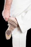 Uomo che rimuove i calzini Immagini Stock