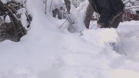 Uomo che rimuove neve archivi video