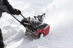 Uomo che rimuove neve dopo la tempesta con uno sgombraneve a turbina fotografia stock libera da diritti