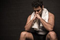 Uomo che riposa allo spogliatoio della palestra Immagine Stock Libera da Diritti