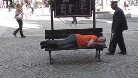 Uomo che riposa su un banco video d archivio
