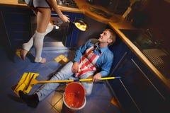 Uomo che riposa sul pavimento della cucina Fotografia Stock Libera da Diritti