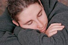 Uomo che riposa sulle sue braccia Fotografia Stock Libera da Diritti