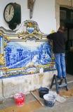Uomo che ripristina le mattonelle in Pinhao Portogallo Fotografia Stock Libera da Diritti