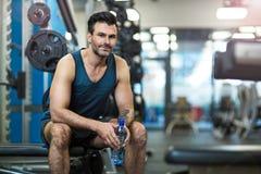 Uomo che risolve in ginnastica Fotografia Stock Libera da Diritti