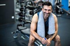Uomo che risolve in ginnastica Fotografie Stock Libere da Diritti