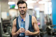 Uomo che risolve in ginnastica Fotografie Stock