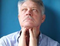 Uomo che ritiene le ghiandole di linfa dolorose Fotografie Stock
