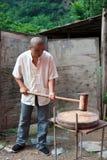 Uomo che rompe le arachidi Fotografie Stock Libere da Diritti