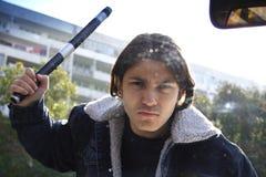 Uomo che rompe parabrezza Fotografie Stock Libere da Diritti